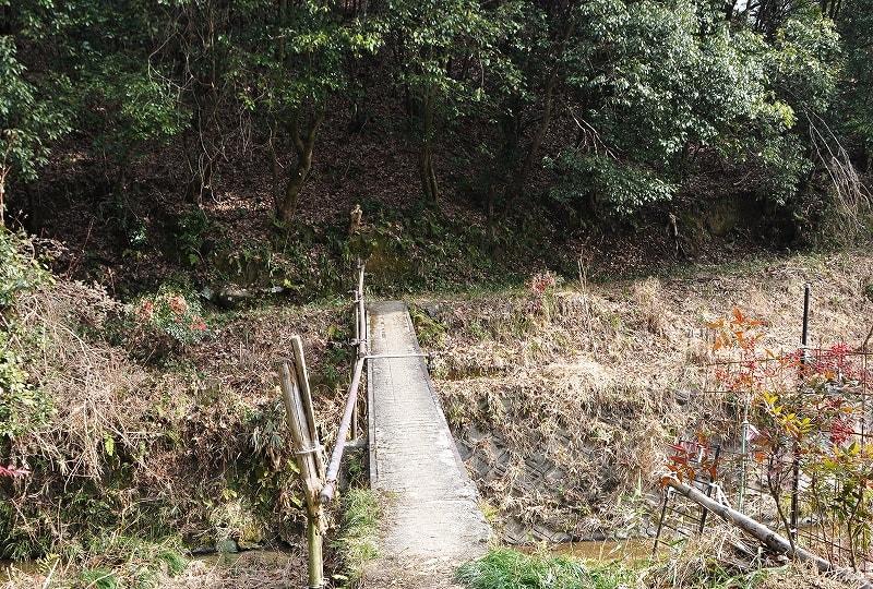 草ケ山古墳へ橋