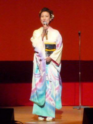 松本理恵さん 「秋田船方節」を唄う内山みゆきさん、「よされ大漁節」を唄う松本理恵さん... 民謡