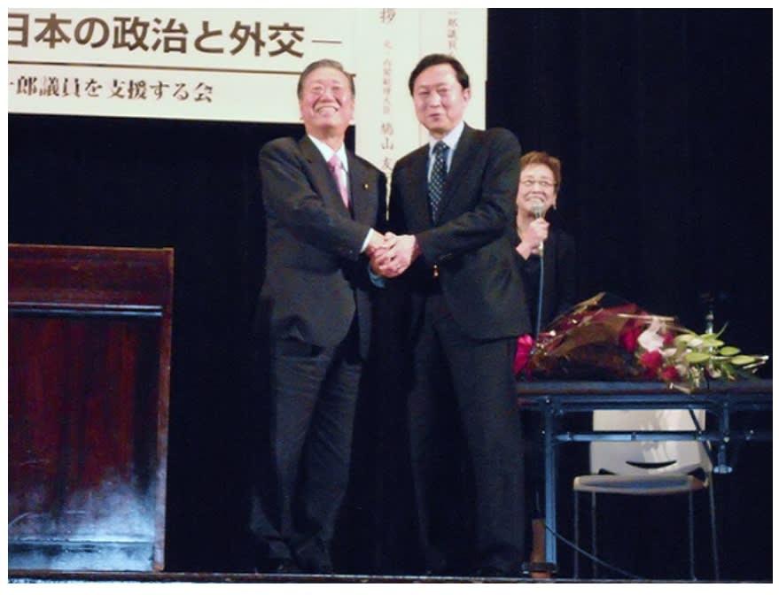 鳩山氏と小沢氏握手