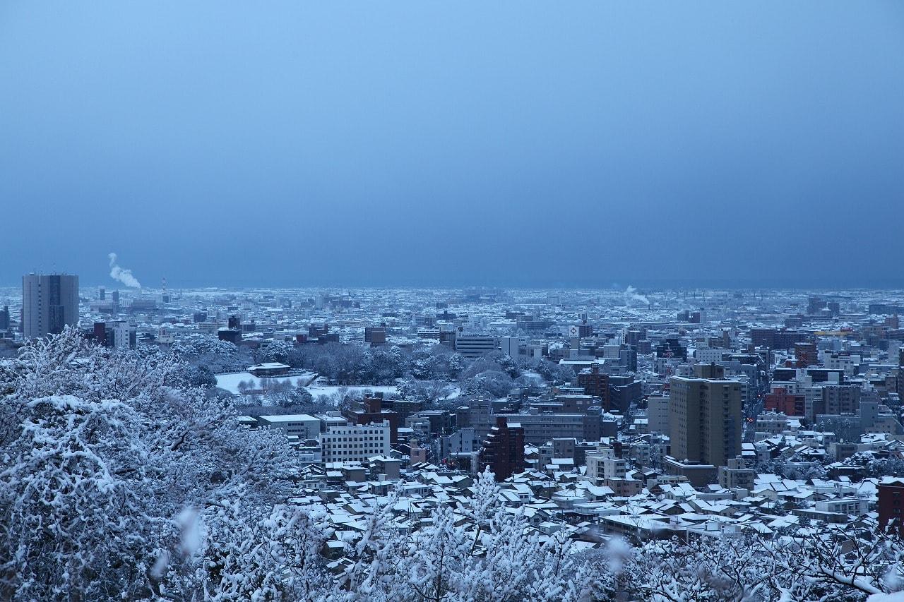 卯辰山見晴台から 金沢市の街並み 雪景色 卯辰山花菖蒲園・雪 ...
