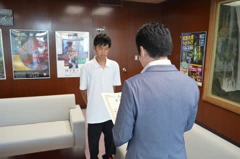 It commends the Mayor of Minoh to Tatsuya Hirayama contributed to for protection of the visually impaired who lost the way!