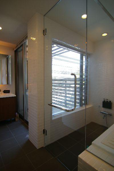 ガラス貼りの浴室