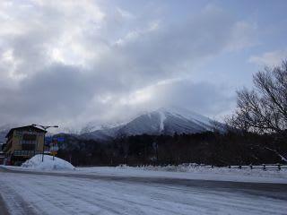 博労座からみた大山。道路は、槙原~融雪道路間にちょこっと1cm程度。