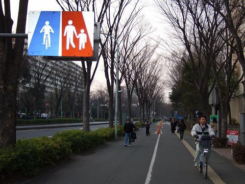 歩道を走る危ない自転車 - ある ...