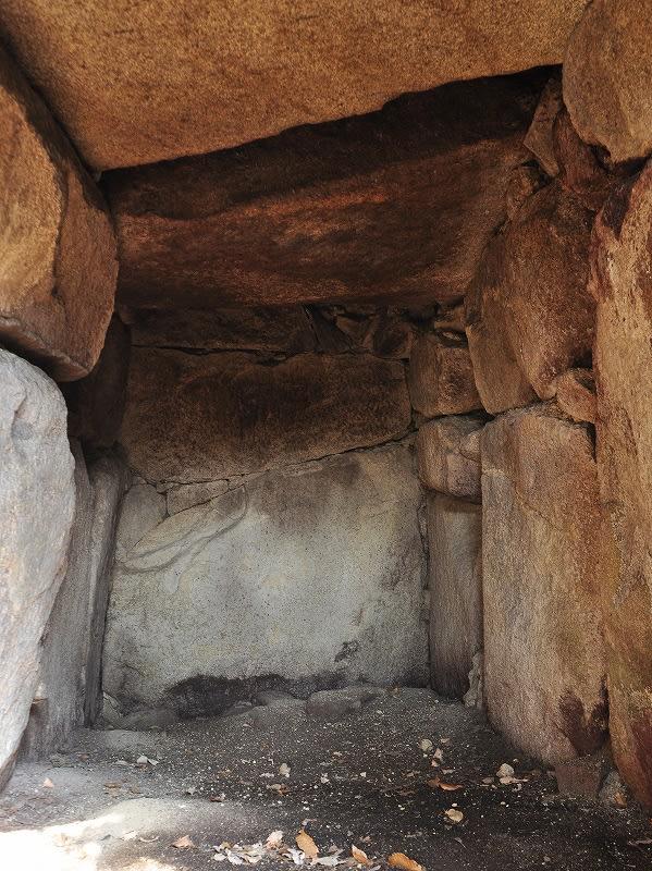 イノラムキ古墳玄室内