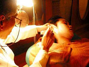 (左)台湾式足踏みマッサージ (右)本格的な耳掃除 (いずれも参考写真... 嘘のような本当の話