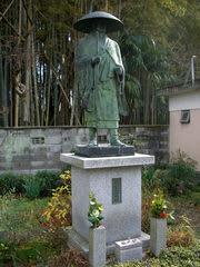 善行寺境内にある親鸞聖人像