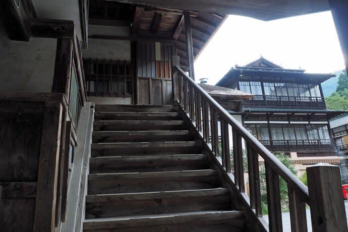 積善館本館外部階段