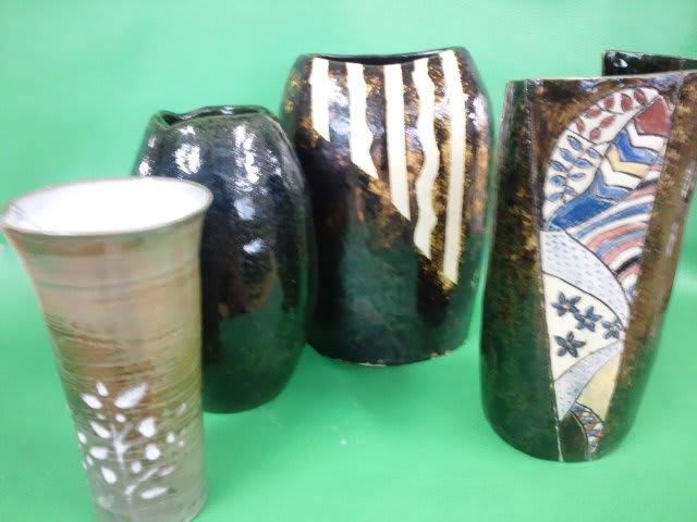 いろんな花器ありますねー どれも素敵な出来映えです。 皆さんもつくりま...  銀座の陶芸教室G
