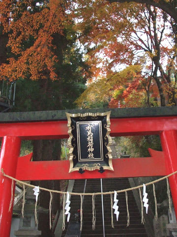 稲荷神社の参道の紅葉