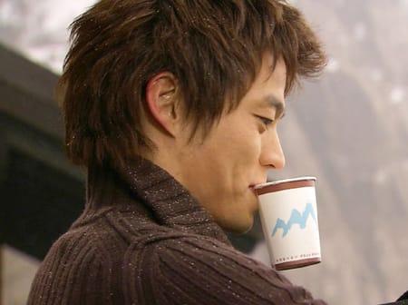 コーヒーを飲むイ・ソジン壁紙