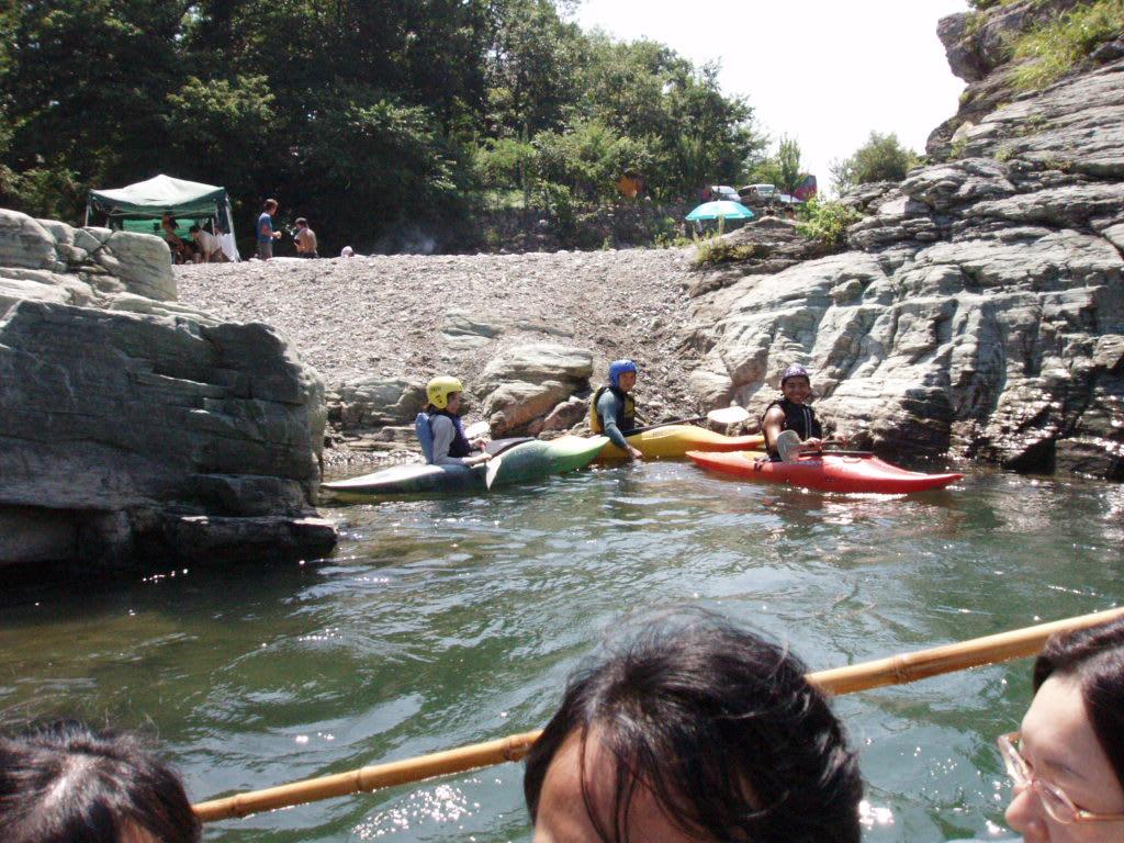 カヌー遊びの若者達