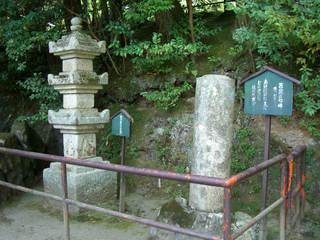 紫式部供養塔(左)と芭蕉の句碑(右)