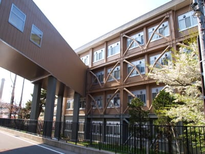 ここも耐震補強している両方の建物で高低差があるため、渡り廊下は若干斜面になっているように見える。 渡り廊下には窓が4つしかなく、建物と同じ色合いだけど無機質な