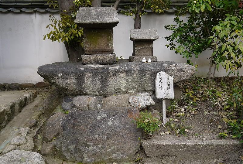 石造りの祠