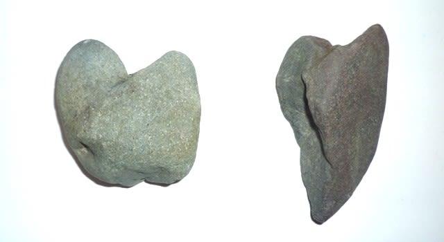 「神足石」の出来かけの小礫(右)と、形成後に破断し下半の欠損したハート形の小礫(左)