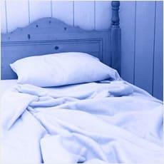 留守中に夫婦のベッドを調べる姑
