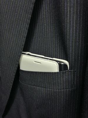 Flip Walletを装着したGALAXY Note Edgeをスーツの胸ポケットに