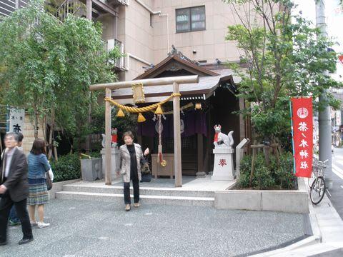 福徳円満の神、布袋尊が祀られている。 神社の周囲に巡らされた茶の木の緑... 東野圭吾 『麒麟の