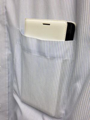Flip Walletを装着したGALAXY Note Edgeをシャツの胸ポケットに