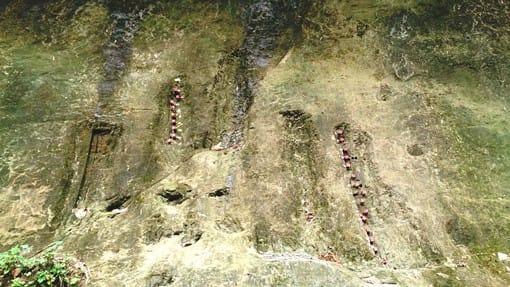 千葉圏央道から外房の一宮方面に向かう途中の高滝湖というダムの近く、里見八犬伝で有名な「里見」に流れる養老川のほとりにある。