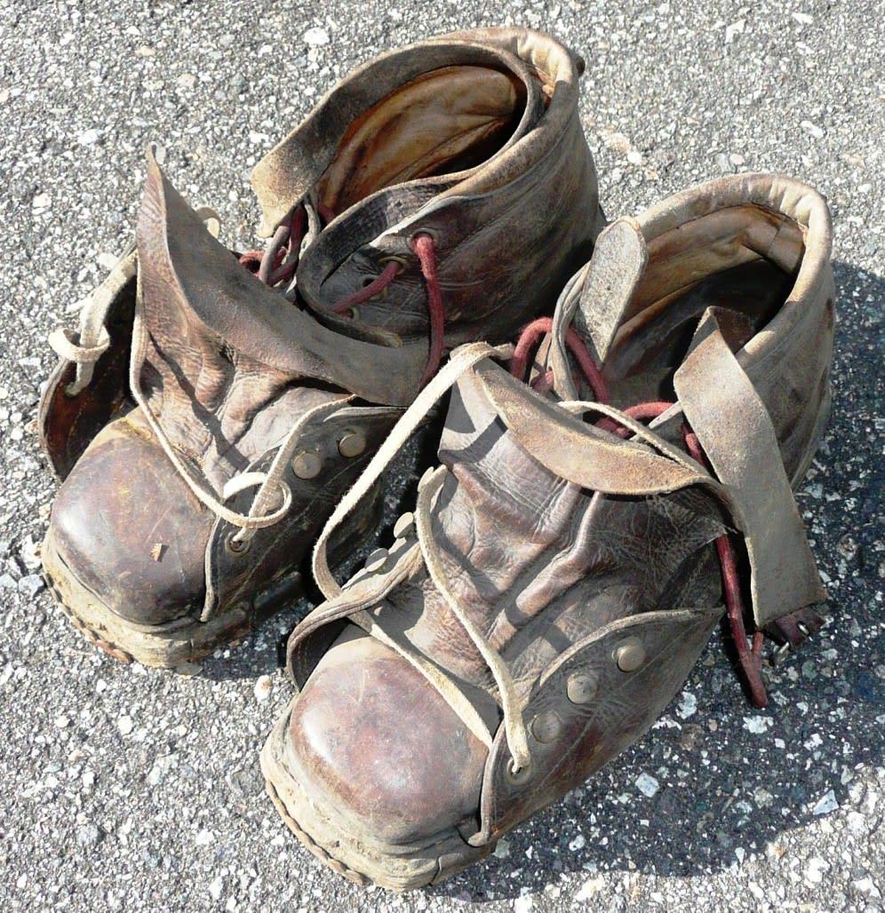 120420(金) そろそろ終活整理にかかろうか なかなか捨てられない、少しづつ思い切ろう。 60年前のスキー靴
