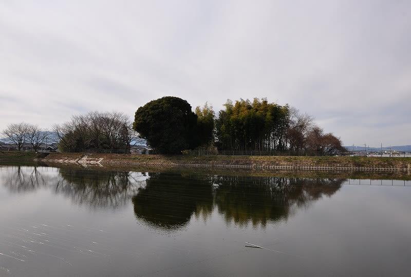 新池から見た弁天塚古墳