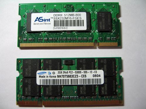 標準搭載の512MBメモリ(上段)と交換する2GBのメモリ(下段)