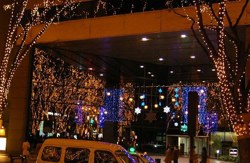 ビルのガラスに反射した光のページェントのイルミネーション