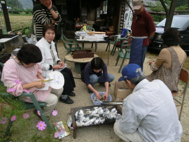 竹炭で蒸し焼き