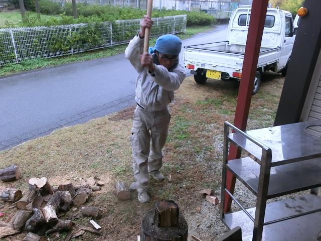 薪を割る東二さん