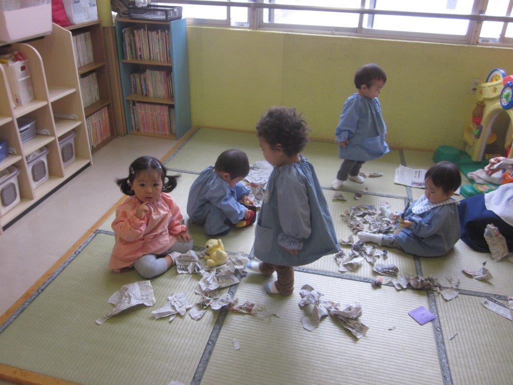 すべての講義 三歳児の絵本 : 新聞紙遊び(満1歳児・プー ...