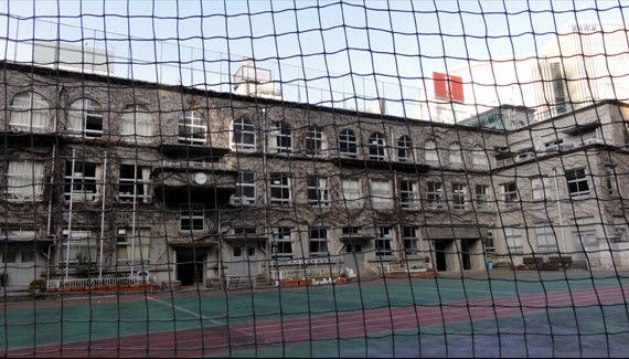 泰明小学校もその1つで、表現主義と呼ばれる建築様式で カーブを描く壁面... 復興小学校めぐり