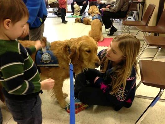 この「K,9 Parish Comfort Dogs」は教会関係のプロジェクトでアメリカ各地で災害や事件に遭われた人々の精神面のサポートと心のケアをするためにセラピー犬と一緒に