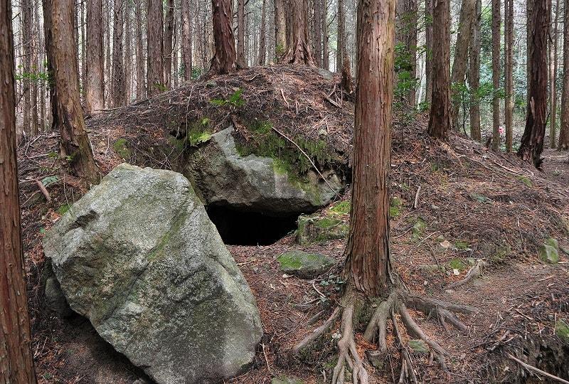 開口する墳丘の一つ