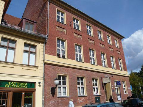 左の建物は、ドイツではレンガ造りに 漆喰や塗り壁仕上げをしている例が多いようです。