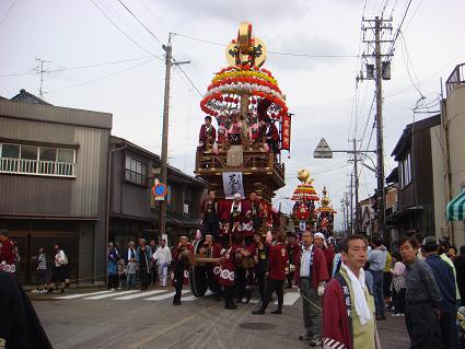 """「長徳寺」付近を練りながら進む""""花山""""の最後尾。 曳山の上部では、操り... 新湊曳山まつり!"""