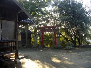 稲荷神社社殿横から鳥居・常夜燈を望む