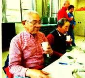 市民講座でマテ茶を味わう参加者たち