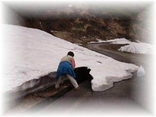 残雪で行き止まり、クリックオンでJAF 救援隊