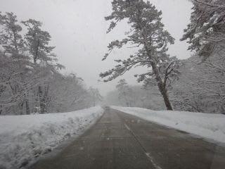 融雪道路に入ると、雪が減りますが、除雪が間に合わない時も。