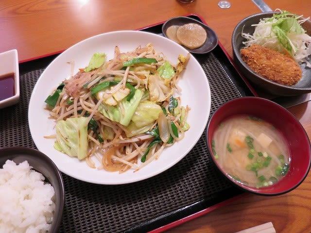 本日のサービスランチ(野菜炒め)+メンチカツ