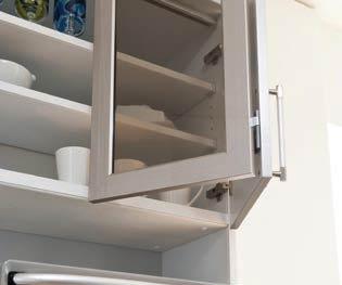 この折れ戸がポイントの食器棚です