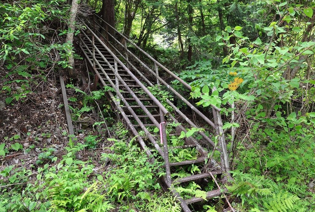 黒瀬滝への鉄階段