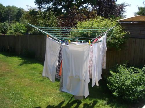 逆さの傘のクモの巣のような物干。 くるくると張り巡らされた、ビニールの... 洗濯ばさみと洗濯も