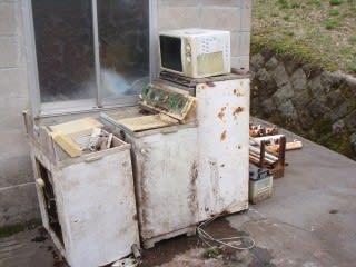 探す(?)と出てくるテレビや冷蔵庫。年季が入っています