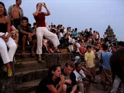 プノンバケン 夕日を見る人々
