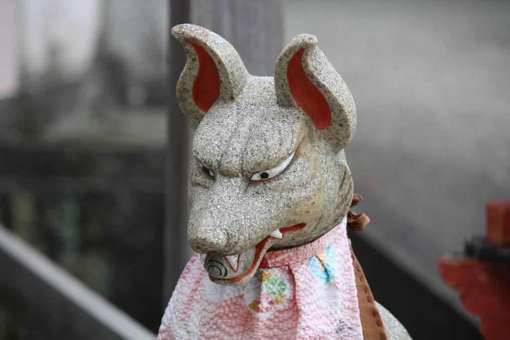 皆さん、ご自分の町のお稲荷さんを覗いて、どんな顔をした狛狐か、見てみて... お稲荷さんの狛狐