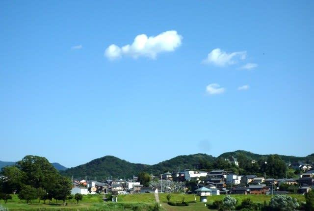 南の空に浮かぶ秋の「ちぎれ雲」~ 宮川左岸の道路にて撮影