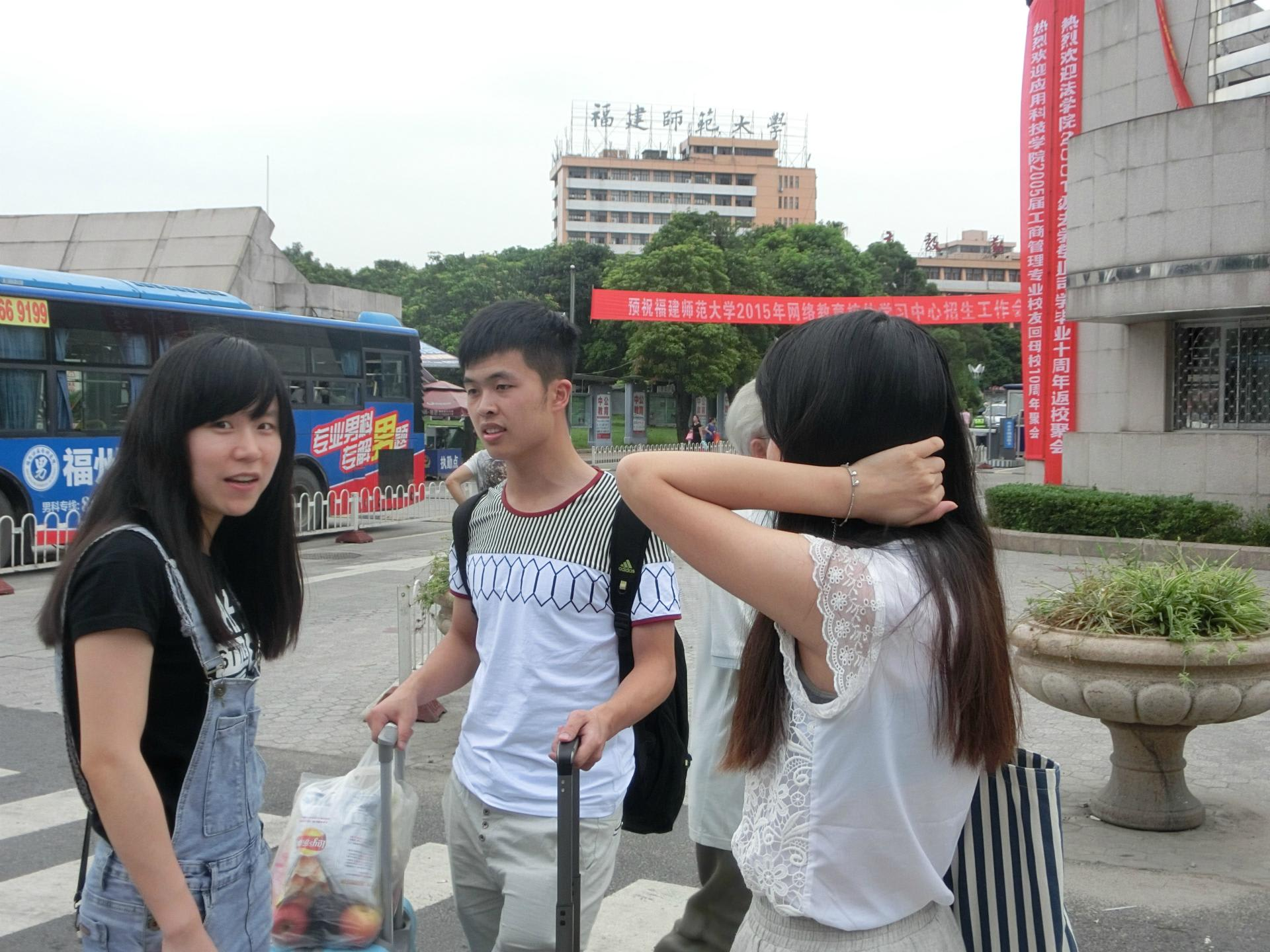 中国腋毛 つり革をもつノースリーブの女性の「腕のわき」から「わき毛」が見える女性がけっこう多い。ここ中国南方(華南地方)の女性は、わき毛を処理している女性の方が多いよう ...